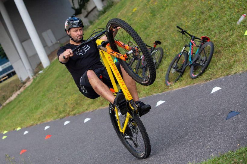 Trial biker Michal Pokorný sa rozhodol prejsť po hornej konštrukcii Starého mosta na biku.
